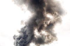 Fumée dense et foncée d'un feu Photographie stock libre de droits
