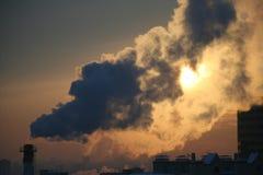 Fumée des cheminées industrielles Images stock
