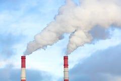 Fumée des tuyaux de la station de la chaleur Image libre de droits