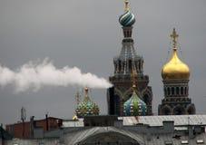 Fumée devant l'église de la résurrection de Jesus Christ Savior sur l'église de sang dans le St Pétersbourg, image libre de droits
