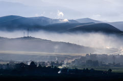 Fumée en hausse au-dessus de ville d'aba au matin Photos libres de droits