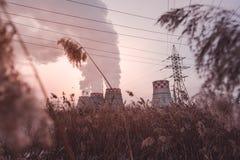Fumée et brouillard de centrale thermique à l'hiver images libres de droits