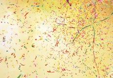 Fumée et confettis colorés image libre de droits