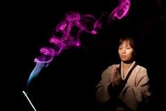 Fumée et le femme méditant. photos stock