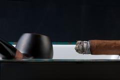 Fumée et pipe de cigare image stock