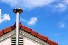 Fumée et toit de cheminée de cuisine Photos libres de droits