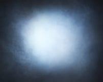 Fumée gris-clair sur un fond noir Image stock