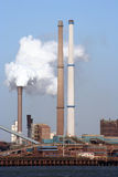 Fumée industrielle à l'usine sidérurgique de fer et Photographie stock