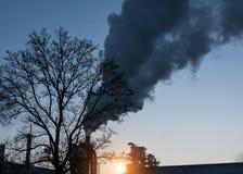 Fumée industrielle de cheminée sur le ciel bleu photos libres de droits