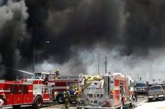 Fumée lourde au-dessus d'une scène d'incendie Photo libre de droits