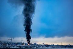 Fumée noire énorme au-dessus d'entrepôt brûlant à Sofia photographie stock