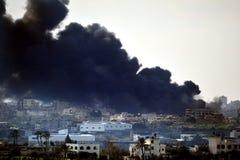 Fumée noire au-dessus de bande de Gaza Photographie stock libre de droits