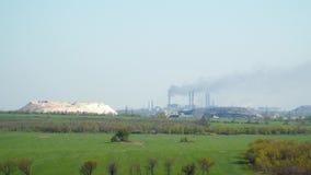 Fumée noire des tuyaux de l'usine métallurgique banque de vidéos