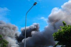 Fumée noire et ciel bleu Image stock