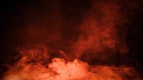 Fumée orange du feu sur le plancher Fond noir d'isolement Recouvrements brumeux de texture d'effet de brouillard pour le texte ou photos libres de droits