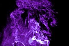 Fumée pourprée abstraite sur le fond noir. image stock