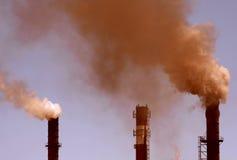 Fumée rouge d'une usine Photo libre de droits