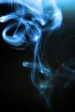 Fumée se développante en spirales de cigarette Photo libre de droits