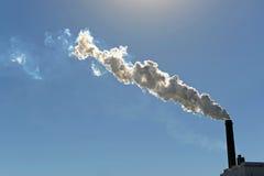 Fumée se soulevante de cheminée Photographie stock