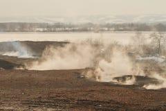 Fumée sur la décharge de scories, pollution Photographie stock