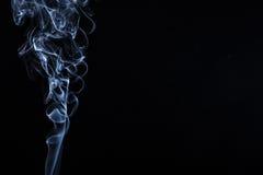 Fumée sur le fond noir photographie stock libre de droits