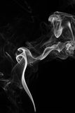 Fumée sur le fond noir - image courante Photographie stock