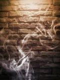 Fumée sur le mur de briques photo libre de droits