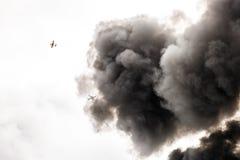 Fumée très foncée d'un feu Photos stock
