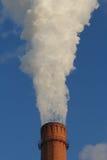 Fuma di un camino da una centrale elettrica del carbone Immagini Stock Libere da Diritti