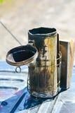 Fumador antiguo de la abeja usado por los encargados de la abeja Fotografía de archivo libre de regalías
