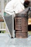 Fumador da abelha Um dispositivo que se emita o fumo para conter abelhas em uma colmeia fotos de stock royalty free