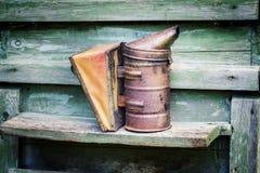 Fumador de la materia de Beekeper en colmena de la abeja de la miel en el jardín Fotos de archivo libres de regalías
