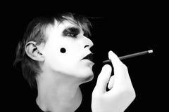 Fumador en un fondo negro Fotografía de archivo libre de regalías