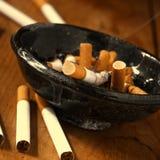 Fumage d'une cigarette Photographie stock libre de droits