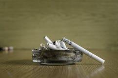 Fumage d'une cigarette Photos libres de droits