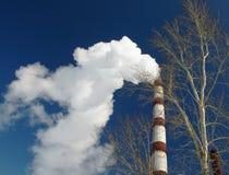 fumage de ciel de droite de cheminée de 5 bleus Photos libres de droits
