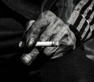 Fumage de vieil homme Images libres de droits