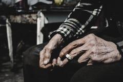 Fumage de vieil homme Image libre de droits