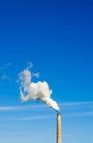 Fumaiolo e fumo bianco verticale su cielo blu Immagini Stock Libere da Diritti