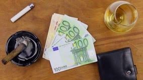 Fumando e puxando euro fora das bolsas filme