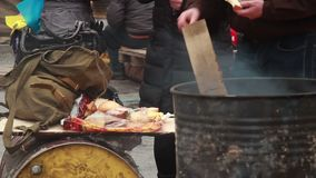 Fumando o inverno da refeição comer dos povos do tambor fora, pobre pobre vídeos de arquivo