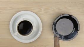 Fumando um charuto e beber um copo do café quente video estoque