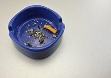 Fumando um cigarro Fotografia de Stock Royalty Free