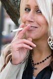 Fumando um cigarro Foto de Stock