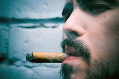 Fumar un cigarro Fotografía de archivo