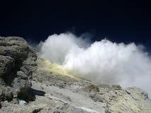 Fumarola bajo tapa del volcán Demavend Fotos de archivo