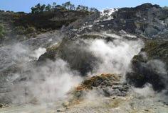 Fumarola dentro de la solfatara activa del vulcano Imágenes de archivo libres de regalías