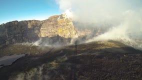 Fumarolas y emisiones de gas en los cráteres del volcán el Etna almacen de video