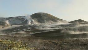Fumarolas y emisiones de gas en los cráteres del volcán el Etna almacen de metraje de vídeo