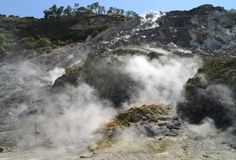 Fumarole binnen actieve vulcanosolfatara Royalty-vrije Stock Afbeeldingen